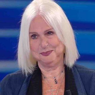 """Loretta Goggi, amata protagonista degli show su Rai1, di recente ha subito assurdi attacchi social. Parliamo poi della sua hit """"Io nascerò""""."""