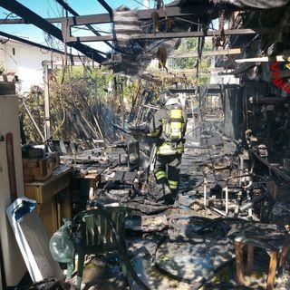 Tettoia in fiamme, rimane solo cenere dopo l'intervento dei pompieri. Salva la casa
