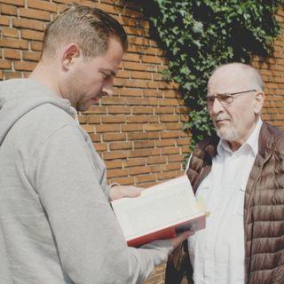 'Bagom bogen': Adam Duvå Hall møder Lasse Jensen og taler krigsjournalistik