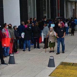 Adultos mayores forman filas para tramite de la tarjeta del bienestar
