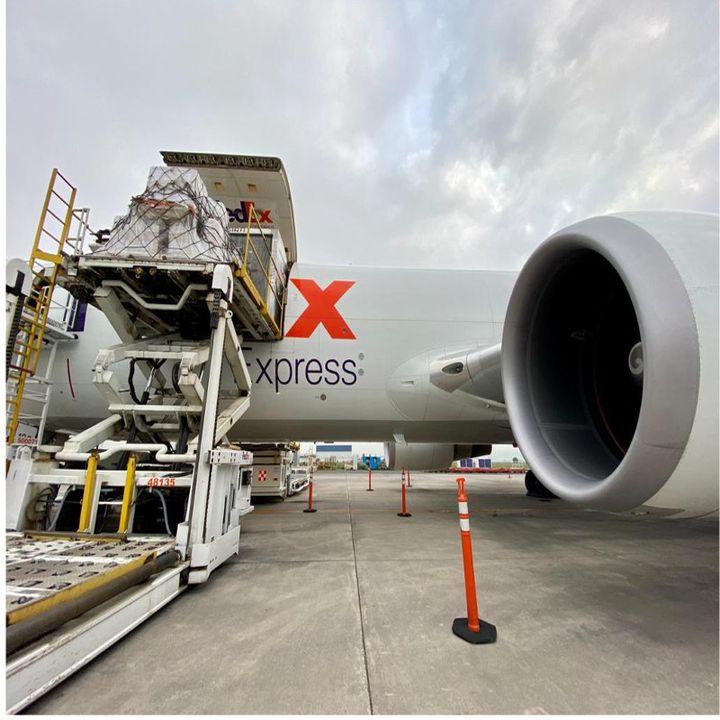 Llega octavo vuelo procedente de EUA con ventiladores para pacientes covid