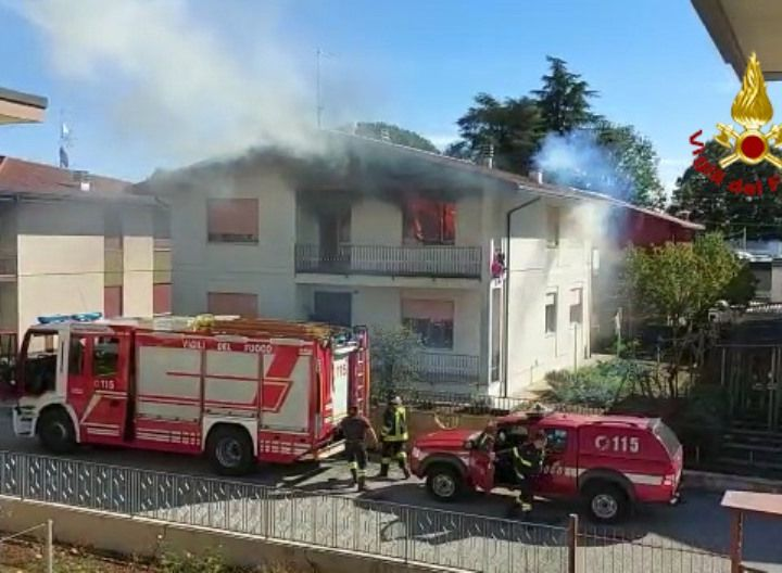 Appartamento a  fuoco, madre e figlia in ospedale per intossicazione da fumo VIDEO