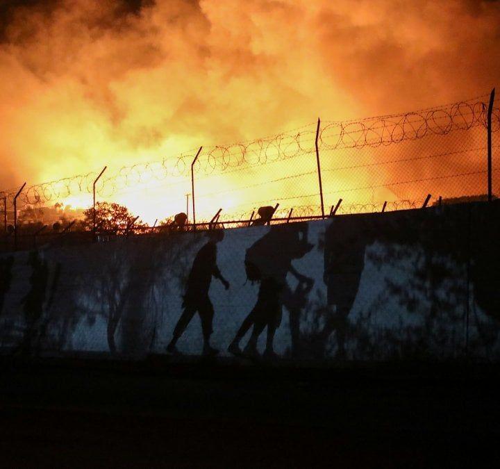 Grecia, incendi nel campo migranti a Lesbo: migliaia in fuga