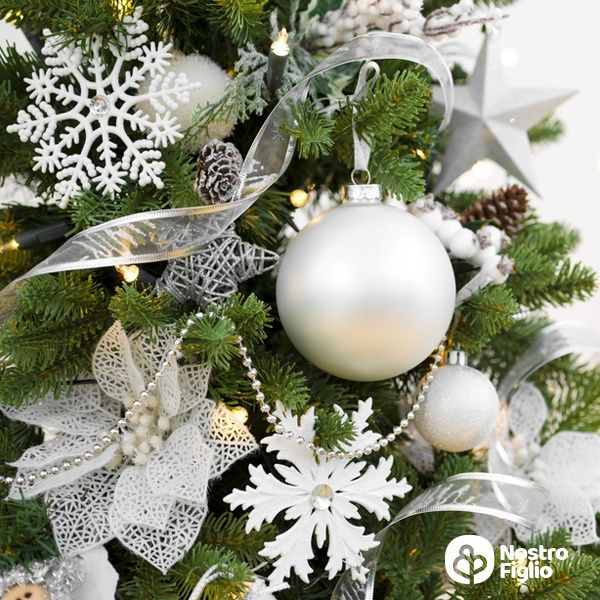 Perché gli alberi di Natale si addobbano con fili argentati?