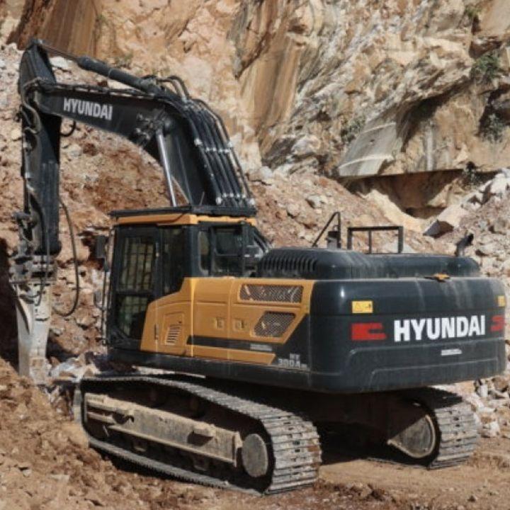Ascolta la news: Il nuovo escavatore Hyundai HX300ANL al lavoro nell'antica cava di Trambiserra, cara anche a Michelangelo