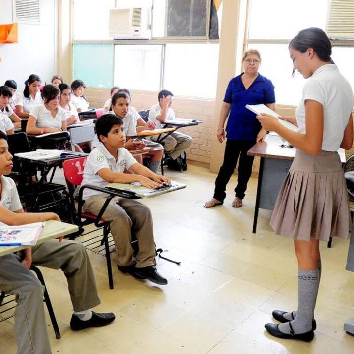 Presidente felicita a maestros en su día