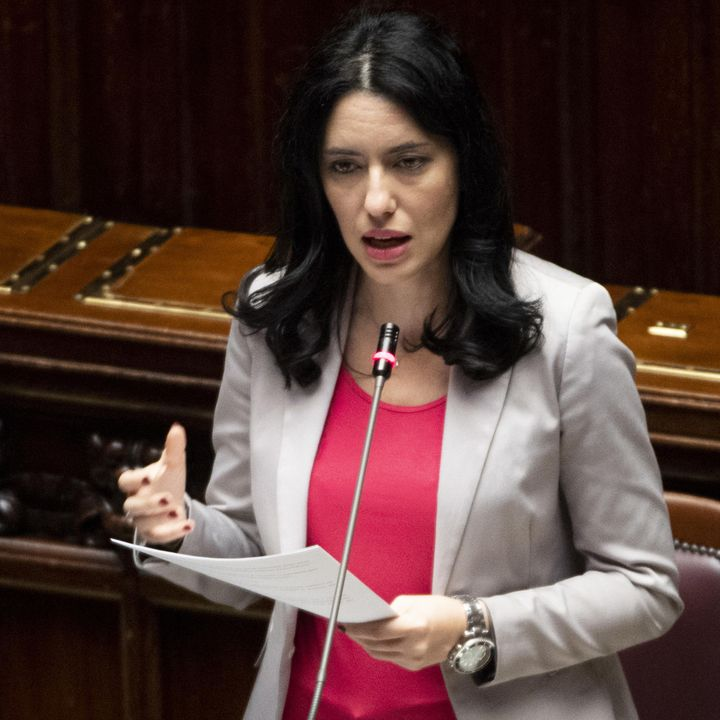 Azzolina assume se stessa, polemica sulla ministra