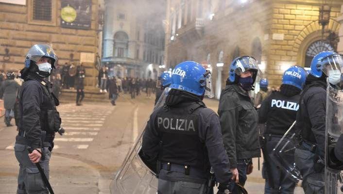 Firenze, 4 arresti e 24 denunciati alla manifestazione non autorizzata. Molotov sulla polizia