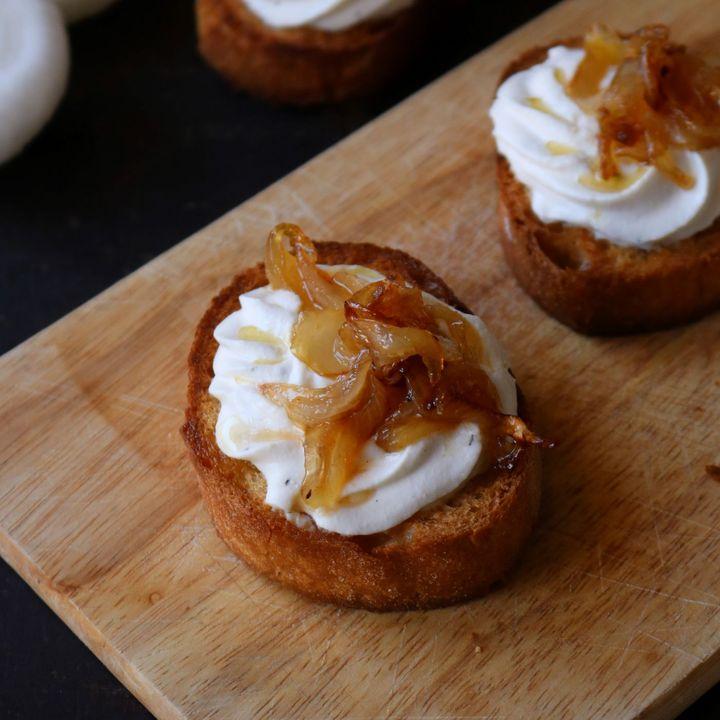 crostini con cipolla caramellata