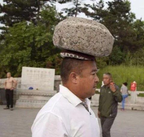 Uomo dimagrisce con una pietra