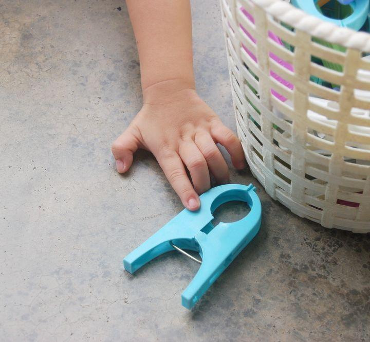 Bambini che giocano... con le mollette!
