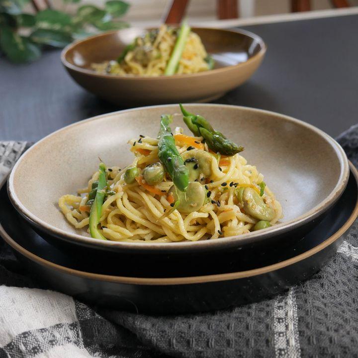 Tagliolini con ragù bianco fiocchi o bocconcini di soia sminuzzati, carota sedano porro, piselli, fave e asparagi