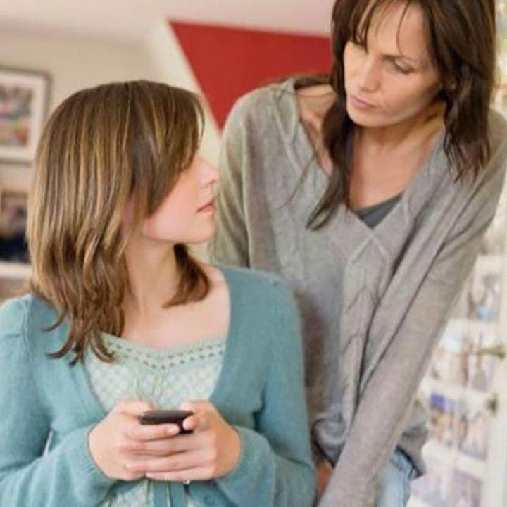 ¿Qué debo hacer si mi hija adolescente le envía fotos sin ropa a su novio?