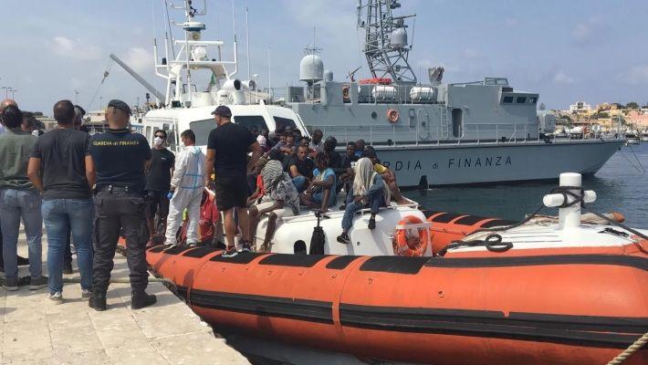 Migranti, ancora sbarchi a Lampedusa.Il governo manda l'esercito in Sicilia