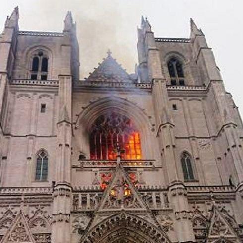 L'incendio alla cattedrale di Nantes e l'odio contro i cristiani