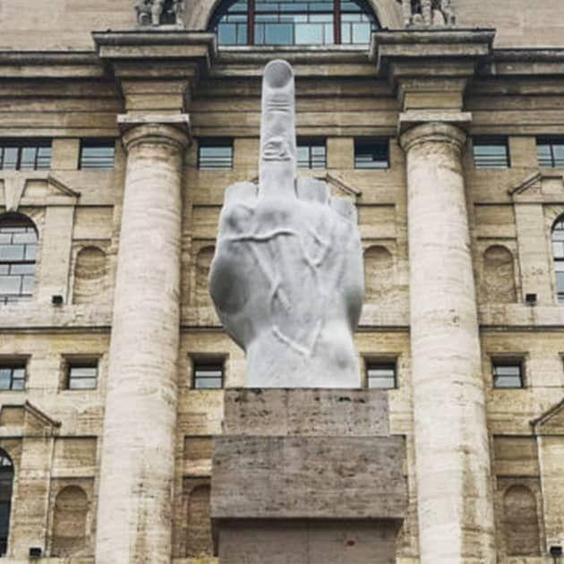 L.O.V.E. di Maurizio Cattelan - Statua provocatoria o di consapevolezza?