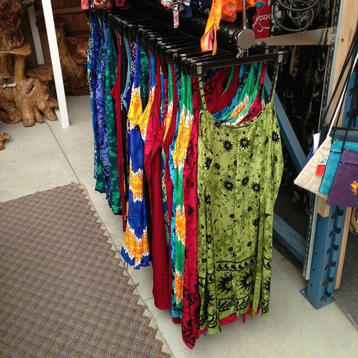 De tiendas, comprando una falda