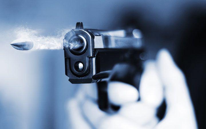 Un'arma prima o poi spara e infatti, a Voghera, ha sparato