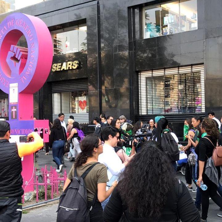 Protesta de mujeres vandaliza autos de La Prensa
