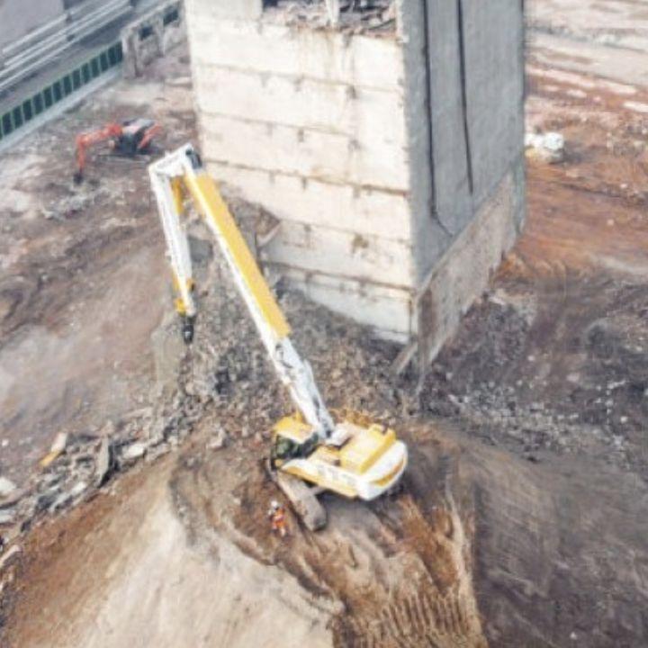 Ascolta la news: Il monumentale oleificio Belloli abbattuto dall'escavatore da demolizione Doosan DX530DM