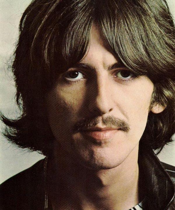 """Parliamo di """"While My Guitar Gently Weeps"""", brano dei Beatles del 1968 scritto da George Harrison. L'assolo di chitarra fu suonato Clapton."""