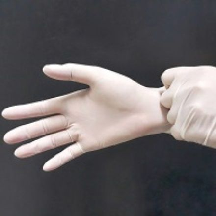 La comunione con i guanti e sulle mani è un abuso liturgico (ed inoltre è meno igienico)